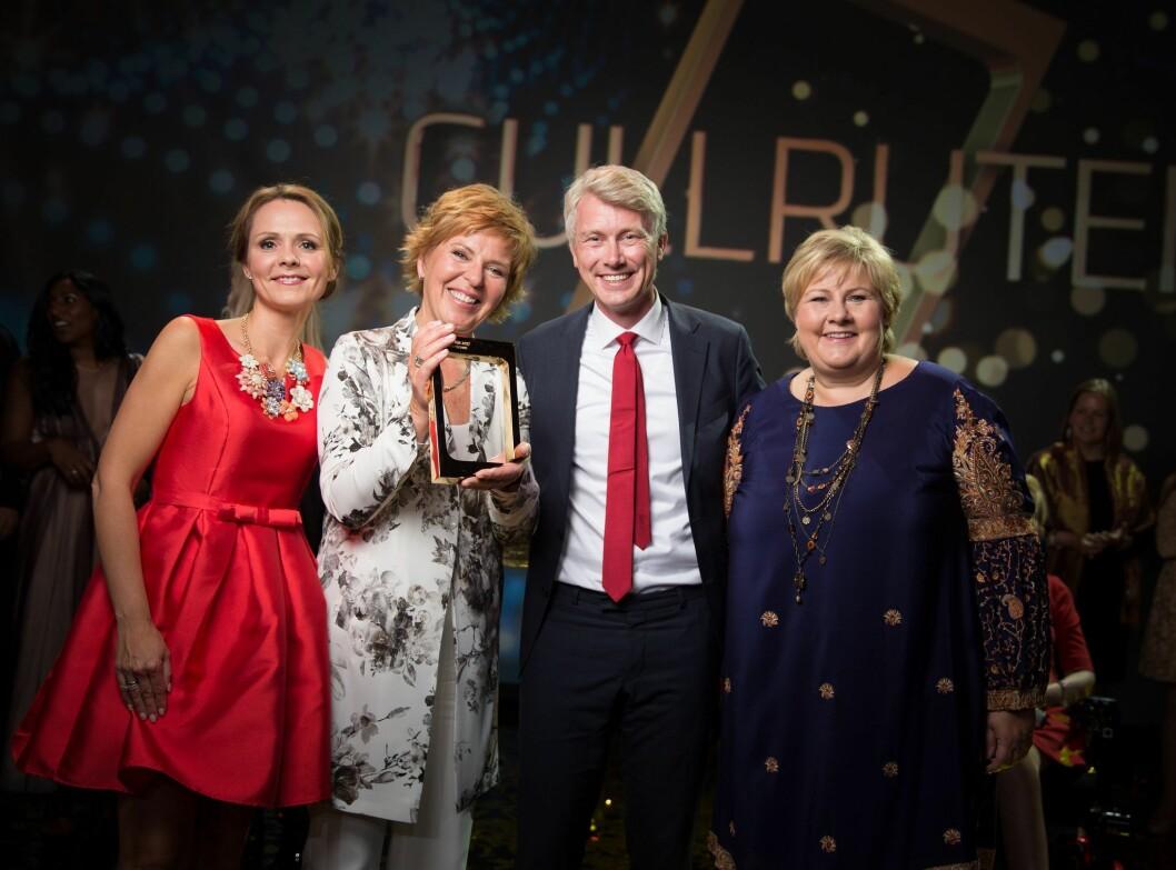 Hedret Wenche Andersen, fra venstre: Kulturminister Linda Helleland, Wenche Andersen, TV 2-sjef Olav Sandnes og statsminister Erna Solberg.