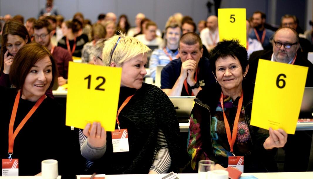 Britt-Ellen Negård (t.h) er styrerepresentant i Amedia. Her avbildet under NJs landsmøte i 2015.