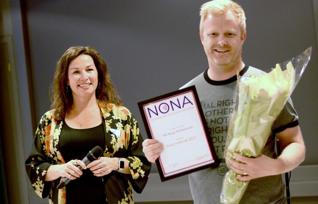 Pål Nisja-Wilhelmsen ble hedret med pris på tirsdagens NONA-konferanse. Til venstre nyvalgt styreleder Monica Lid.