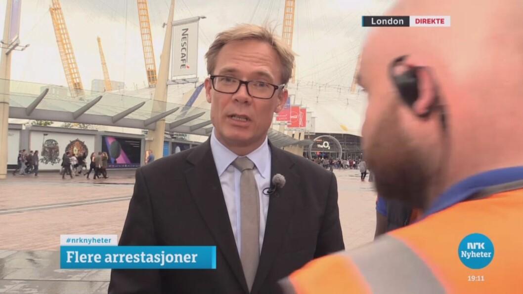 NRK-reporter Espen Aas blir avbrutt på direkten i Dagsrevyen.