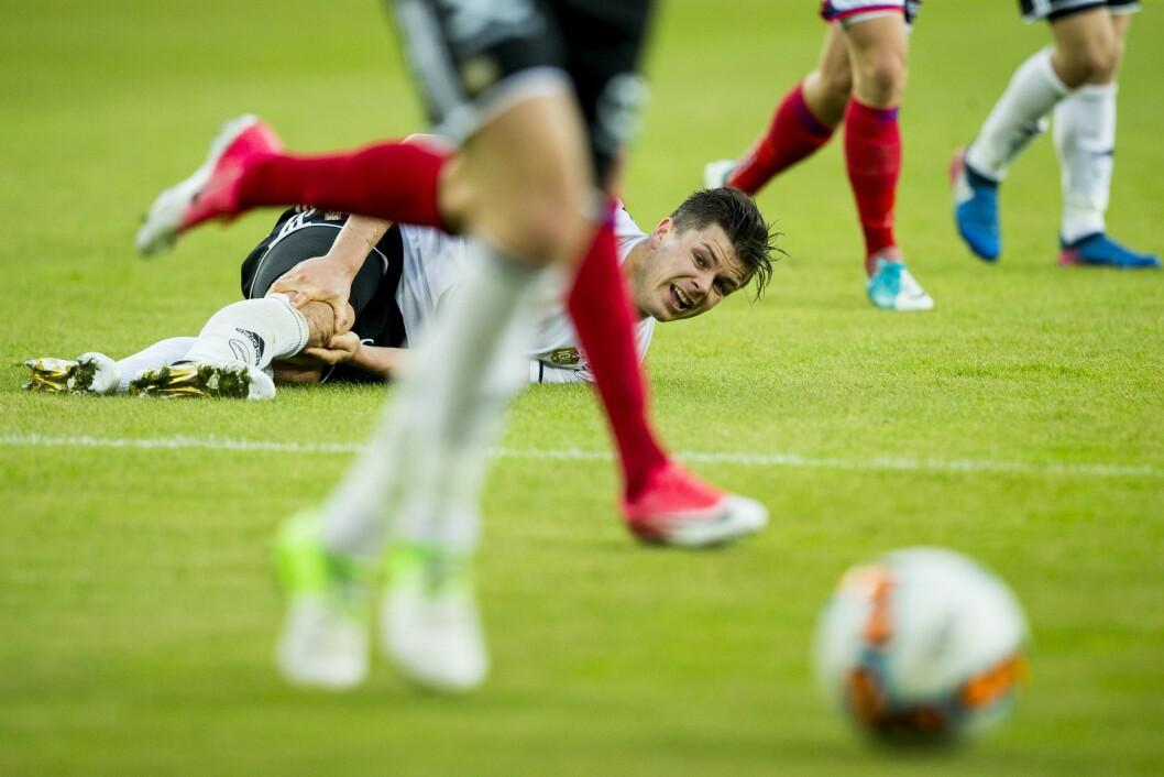 Vålerenga - Rosenborg 1-1.Pål André Helland ligger nede under eliteseriekampen i fotball mellom Vålerenga og Rosenborg på Ullevaal stadion.