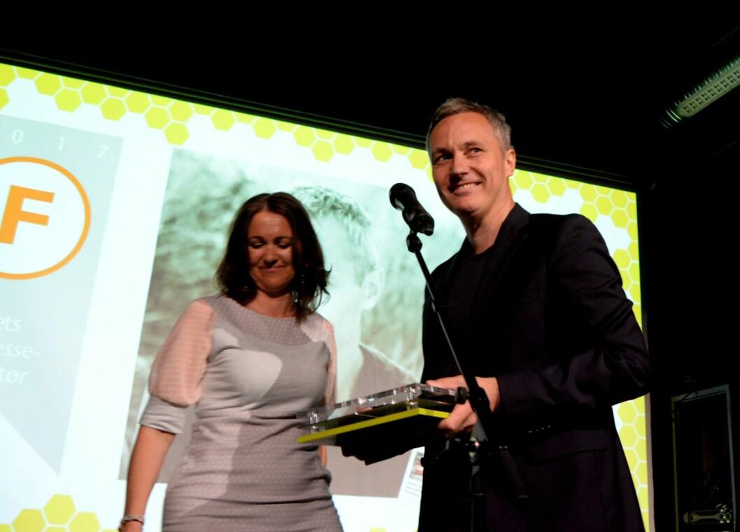 Jurymedlem Reidun Kjelling Nybø delte ut prisen til TU-redaktør Svein-Erik Hole.