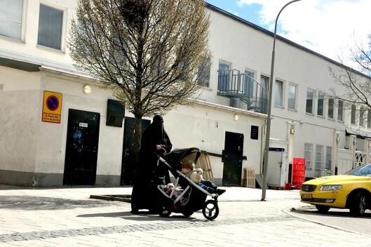 DEKKET FRA TOPP TIL TÅ: Kvinner kledd i nikab er et vanlig syn i Rinkeby.