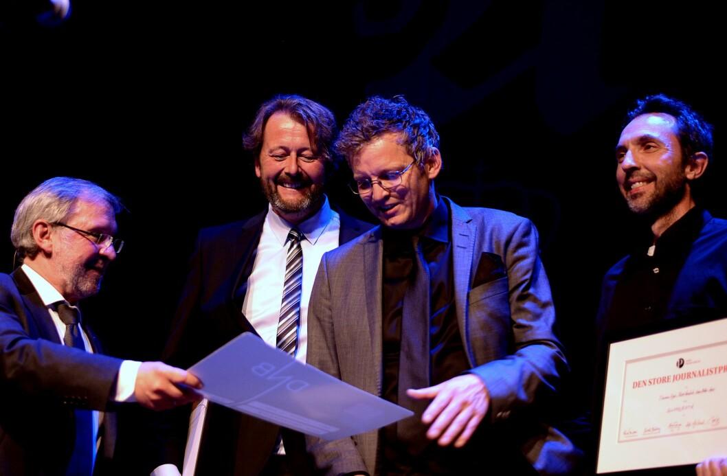 Juryleder Harald Stanghelle overrakte prisen til (f.v.) Hans Petter Aas, Thomas Ergo og Rune Vandvik.