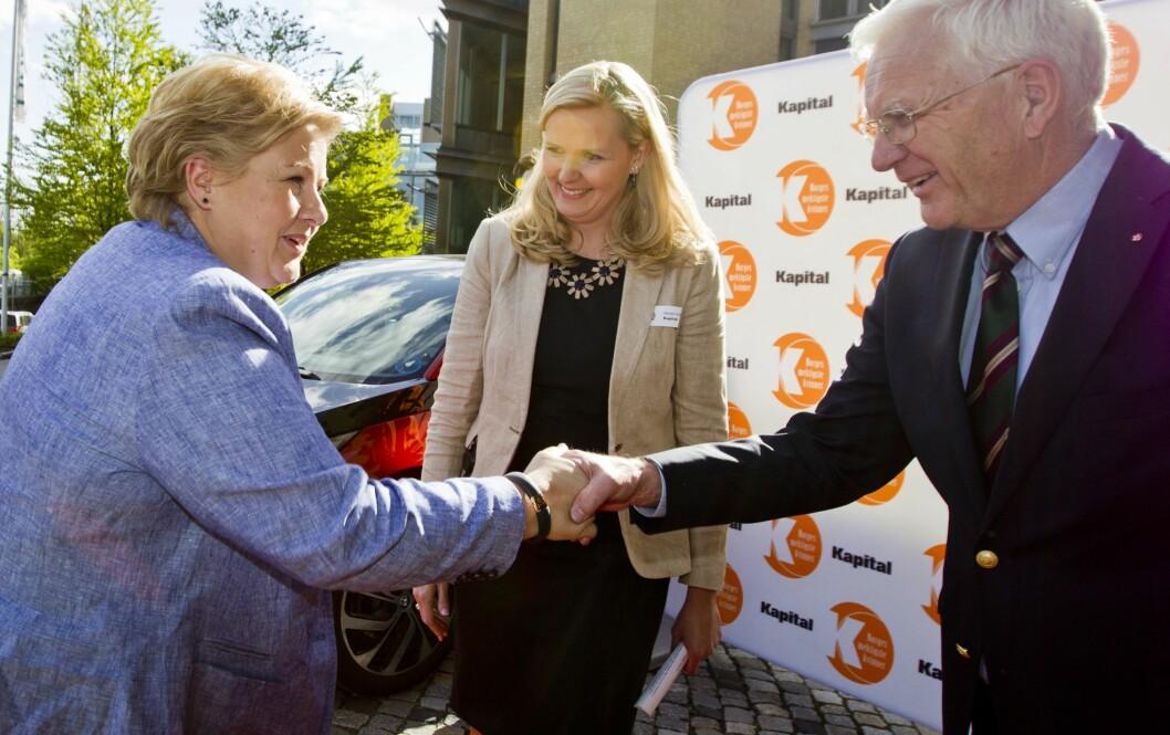 2014: Statsminister Erna Solberg ønskes velkommen av Kapital-redaktør Vibeke Holth og Trygve Hegnar på kåringen for tre år siden. Topper Erna i år også?