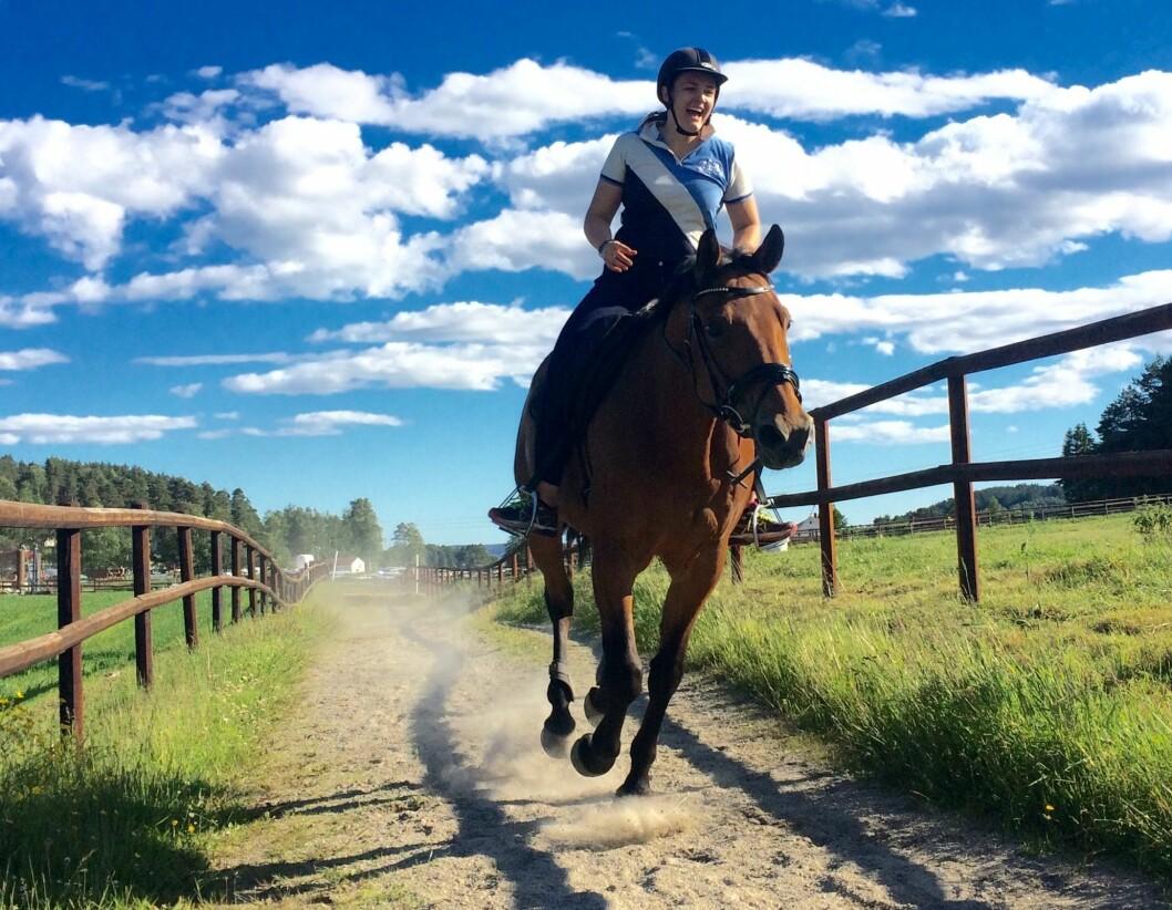 VG-journalist Silje Løvstad Thjømøe og hesten Lorden forlater Østlandet til fordel for Tromsø.