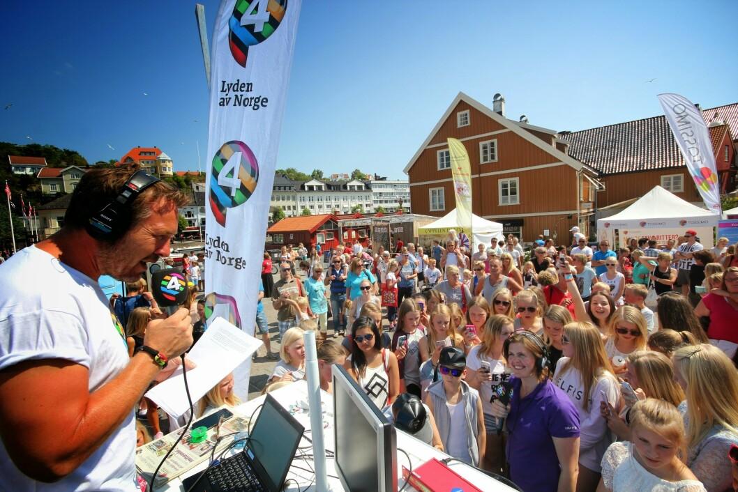 Programleder Michael Andreassen i P4 har sending på torget i Arendal ved en tidligere sommerturne.