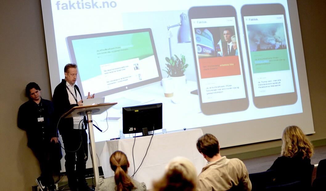 Redaktør Kristoffer Egeberg i Faktisk.no presenterte hva faktatjenesten skulle være under SKUP.