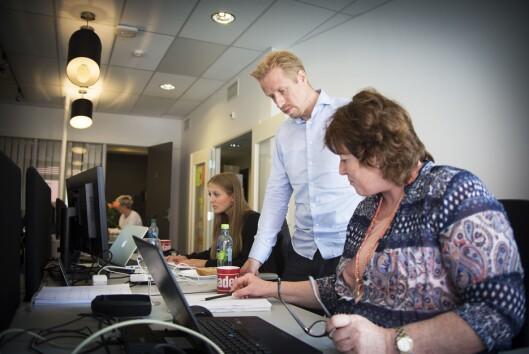 Redaktør Kristoffer Egeberg og journalist Signe Karin Hotvedt går gjennom deler av en faktasjekk. I bakgrunnen: Mina Liavik Karlsen og Silje S. Skiphamn.