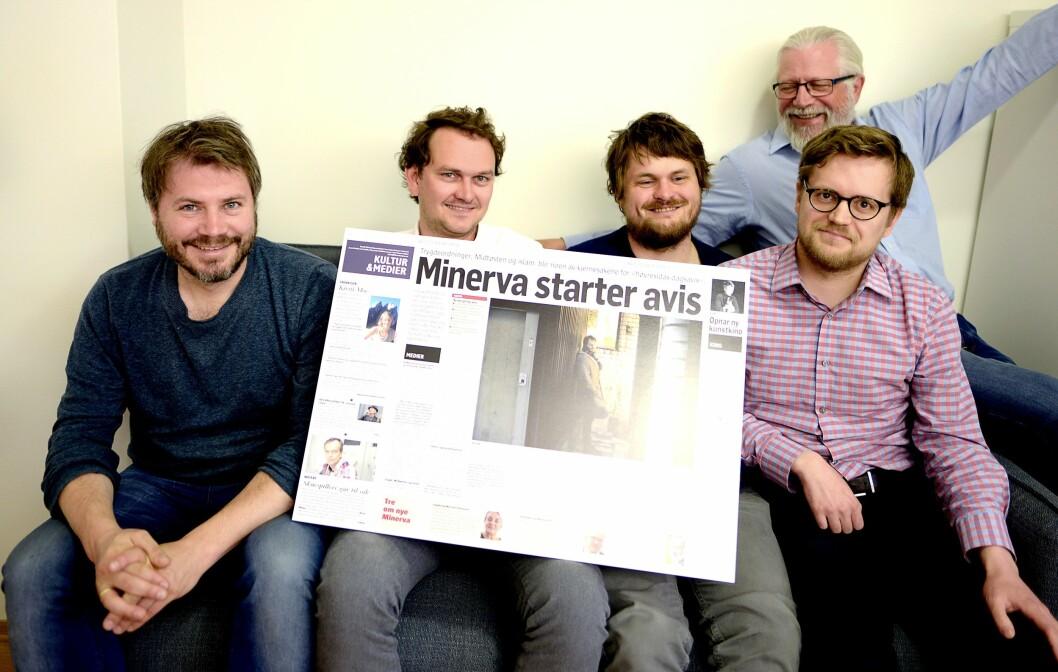Dobbeltsiden fra Klassekampen henger på veggen hos Minerva. Fra venstre: Nils August Andresen, Mads Motrøen, Lars Akerhaug, Pål Mykkeltveit og Helge Øgrim (bak). Og ja: Det jobber kvinner her, men de hadde alle tatt ferie da Medier24 var på besøk.