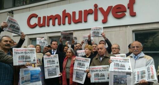 17 tyrkiske journalister fra avisen Cumhuriyet står tiltalt for terrorstøtte. Blir de funnet skyldige kan det gi opptil 43 års fengsel