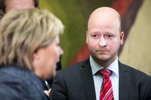 Sigbjørn Aanes under en pressekonferanse i Vandrehallen på Stortinget i 2013 sammen med den gang påtroppende statsminister Erna Solberg..