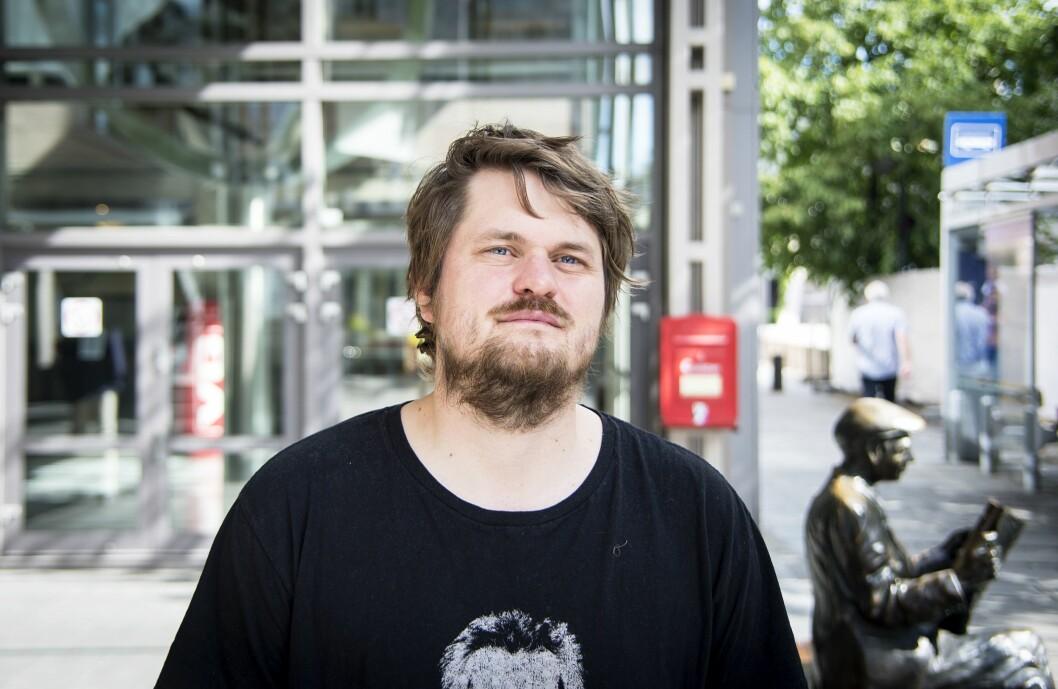 Journalist og forfatter Lars Akerhaug utenfor redaksjonene til VG og Aftenposten i Akersgata.