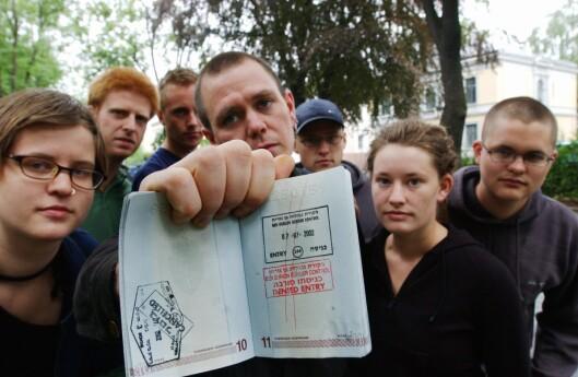 Den gang da: I 2002 demonstrerte sju nordmenn utenfor den israelske ambassaden etter at de ble nektet innreise. Lars Akerhaug på 20 år står helt til høyre i bildet..