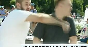 Her blir den russiske journalisten Nikita slått ned under direktesendt TV i Moskva