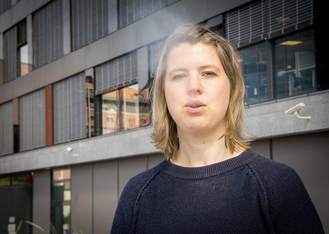 Journalist Cornelia Kristiansen i Dagbladet tar en pust i bakken utenfor avisens lokaler på Hasle.