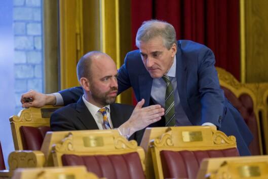Arild Grande (AP) og Jonas Gahr Støre (AP) under debatten om å utsette slokking av FM-nettet i Stortinget i 2016..