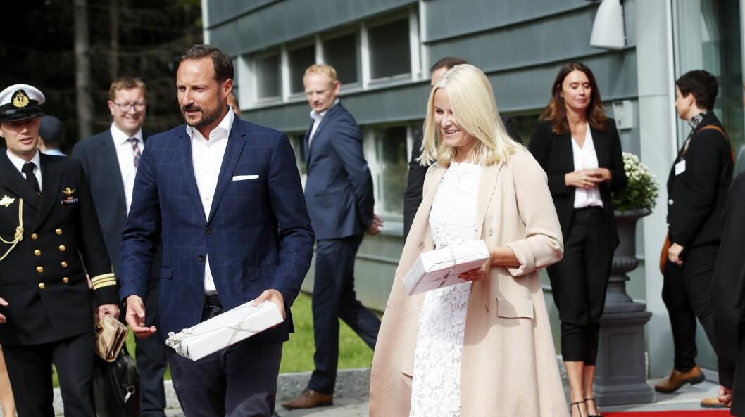 Kronprins Haakon og kronprinsesse Mette-Marit er med på festen når NTB markerer 150 år torsdag.  Her fra et besøk på en dronebedrift i Halden onsdag denne uka.