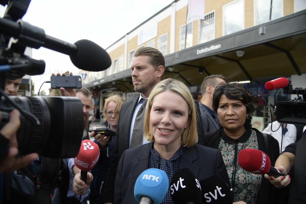 Norges innvandrings- og integeringsminister Sylvi Listhaug snakker journalister etter et besøk på medborgarkontoret i bydelen Rinkeby i Stockholmm.