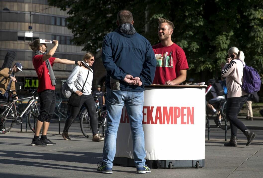 Morten Aanvik (t.v.) og Matthias Hannisdal selger Klassekampen ved Stortorvet i Oslo sentrum.