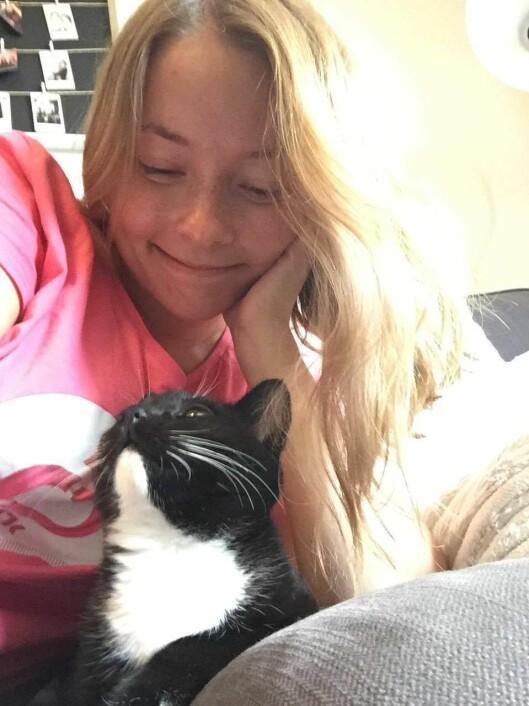 Journalist og vaktsjef Hanne Christin Våge i NRK P3 med en av kattene..