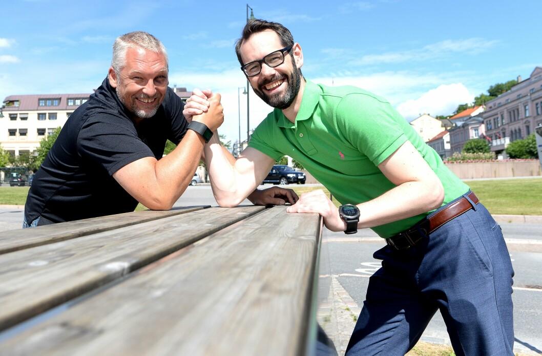 TA-redaktør Ove Mellingen (til venstre) og Varden-redaktør Tom Erik Thorsen måler daglig aviskrefter mot hverandre. Sist uke ble de begge vurdert like sterke i dekningen av en lokal sak.