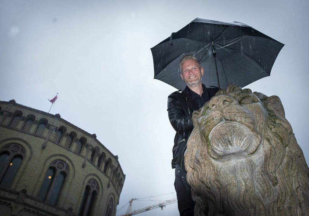 Satiriker, komiker og forfatter Svein Vathne foran Stortinget.