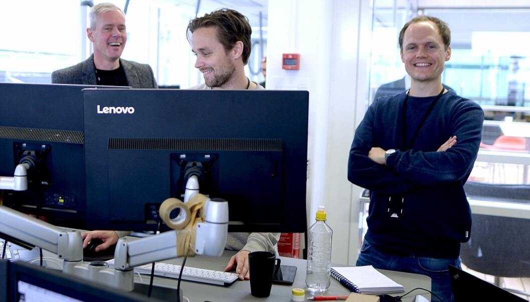 Ole Martin Skaug (i midten) avbildet på E24-desken i 2017 med daværende redaktør Per Valebrokk og nyhetssjef Andreas Fosse, da de lanserte minE24.