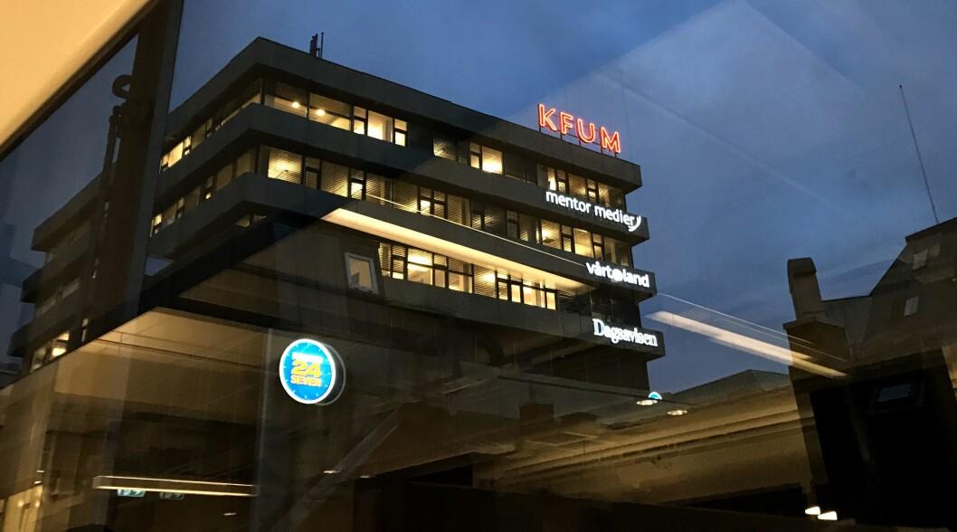 Dagsavisens kontorer sett fra Medier24 i Grensen en søndag kveld.