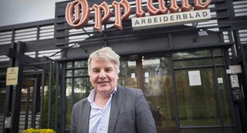 Erik Sønstelie er lei av å nesten bare se menn i 50-årene i avisa. Nå frir OA-redaktøren til leserne: - Vi vil dra bra damer