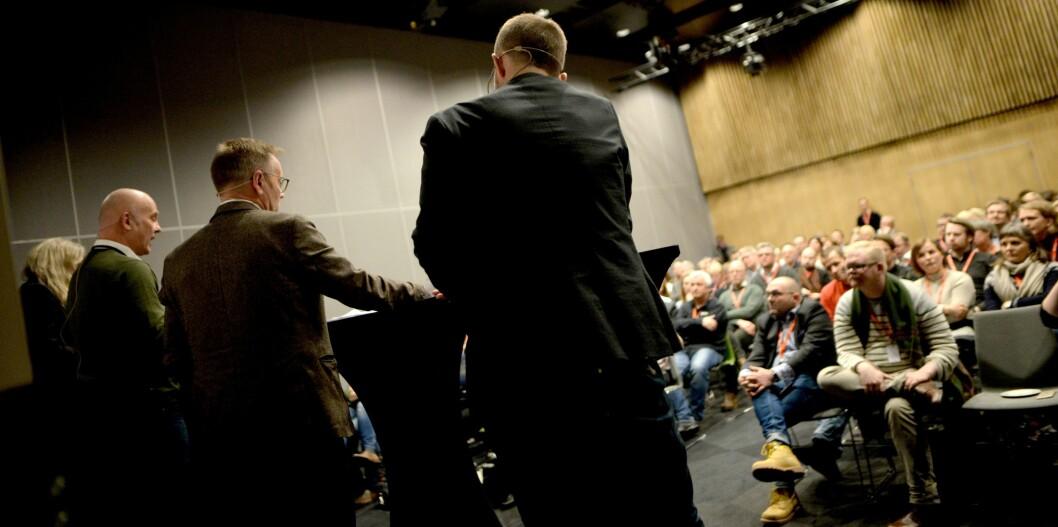 NRK-debatt på Svarte Natta-konferansen. Fra venstre: Debattleder Arne O. Holm, kringkastingssjef Thor Gjermund Eriksen, Dagblad-redaktør John Arne Markussen og Nordlys-redaktør Helge Nitteberg.
