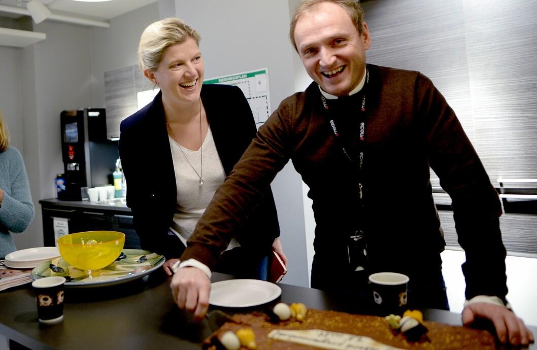 KAKEFEIRING: Forrige uke feiret Amedia den programmatiske veksten med kake. Her konserndirektør Victoria Schultz og business controller Jan Rune Idal.