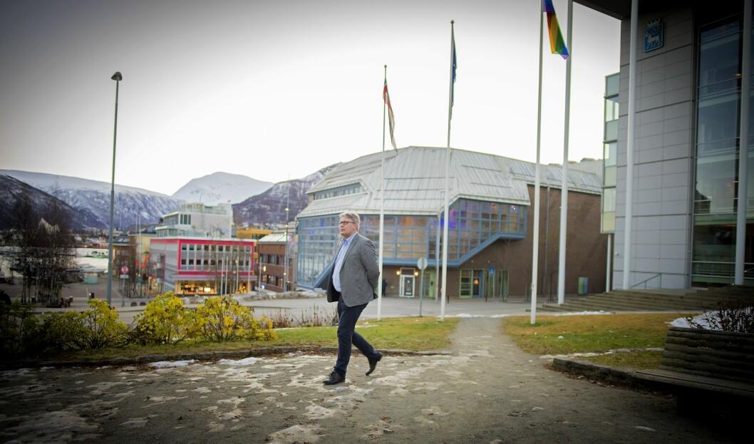 Politisk redaktør Skjalg Fjellheim i Nordlys foran Tromsø by - utenfor avisens lokaler.