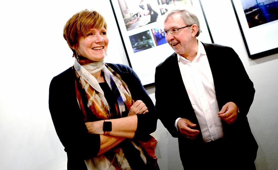 Tidligere SSB-sjef hilser på Harald Stanghelle - redaktør i Aftenposten og styremedlem i Norsk Presseforbund.