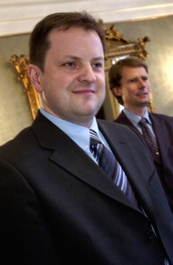 2003: Arne Krumsvik - den gang han sluttet i Romerikes Blad for å bli sjef for Kanal 4. I bakgrunnen: Radioselskapets daværende styreleder Per Axel Koch.