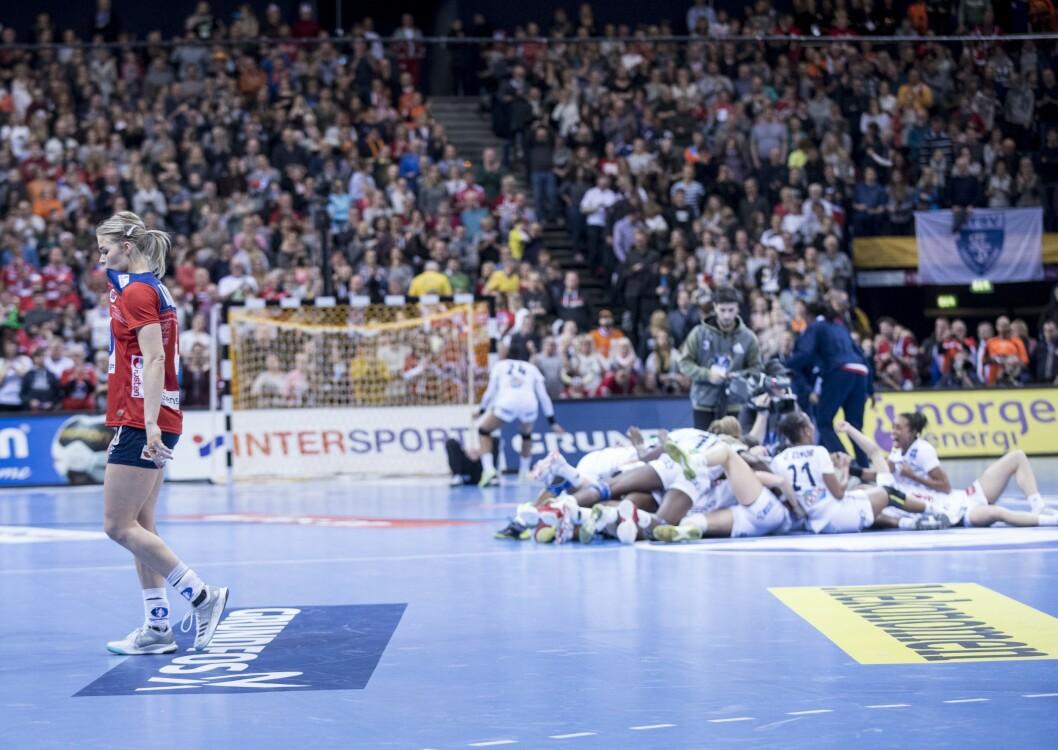 Veronica Kristiansen etter tapet i finalen mellom Frankrike og Norge. Franske jenter jubler på gulvet. Foto: Vidar Ruud / NTB scanpix