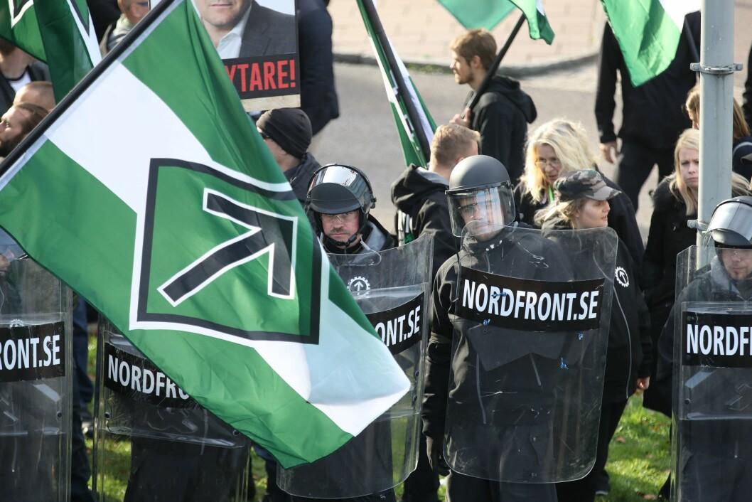 I alt elleve personer fra organisasjonen Den nordiske motstandsbevegelsen NMR er anmeldt for hets mot en folkegruppe i Sverige, ifølge NRK.. Dette bildet viser demonstranter fra samme gruppering i Gøteborg tidligere i år.