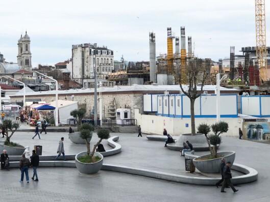 Taksim-moskeen under bygging. I forgrunnen: Det siste innen landskapsarkitektur.