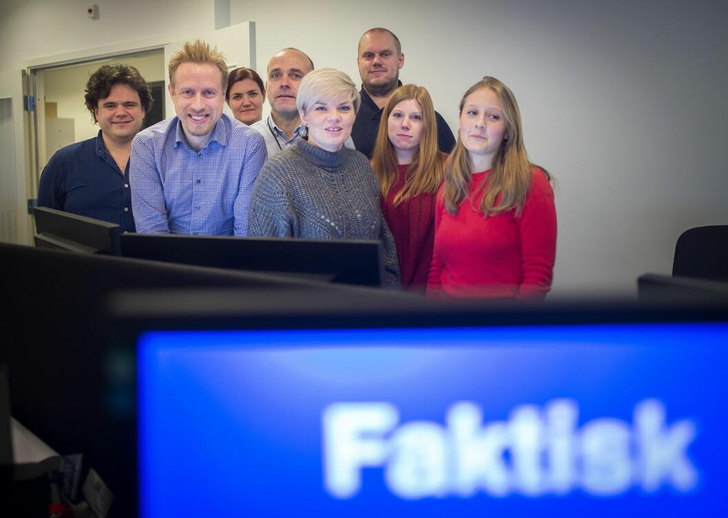 Faktisk.no-redaksjonen fotografert på et tidligere tidspunkt. Fra venstre: Jari Bakken, Kristoffer Egeberg, Maren Sæbø, Tore Bergsaker, Silje S. Skiphamn, Geir Molnes, Eva Akerbæk og Mina Liavik Karlsen.