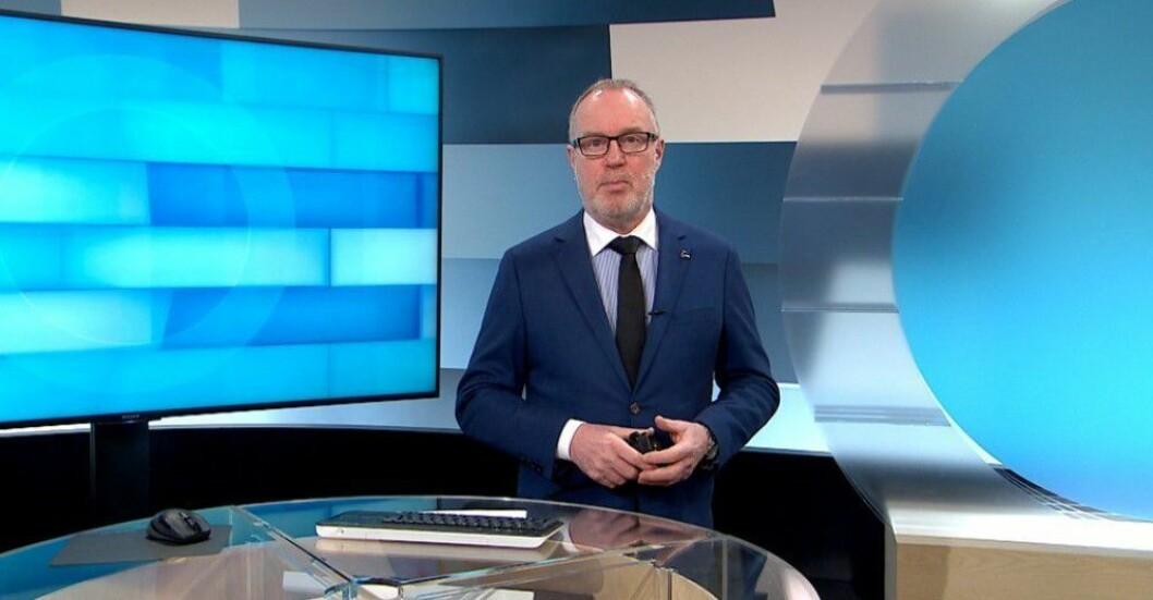 - Dette er ikke en kritikk av de NRK-ansatte - det går bare ikke an å lage meningsfulle nyhetssendinger fra et så stort distrikt som Troms og Finnmark på de ynkelige minuttene som er tildelt, skriver Vigdis Bendiktsen. Bildet viser nyhetsanker Tom Søbstad i arbeid.