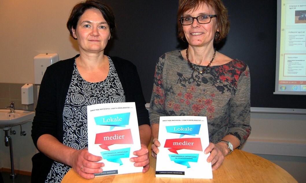 LOKALJOURNALISTIKK. Birgit Røe Mathisen (t.v.) og Lisbeth Morlandstø har vært redaktører for den nye boka om lokaljournalistikk.