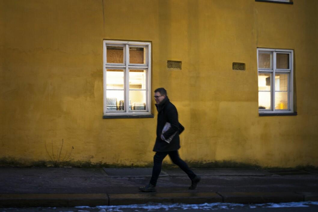 Grubbegata 08:10: Det er enda mørkt ute når sjefredaktør Lysholm traver til jobb, med dagens avisbunke under armen.