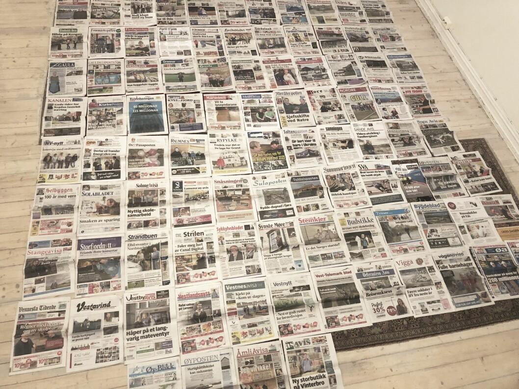 Jeg la alle lokalavisene jeg fikk av LLA alfabetisk utover stuegulvet. Lokalavisen skal være lim og lupe, heter det i festtaler. Men her var det mye lim og lite lupe.
