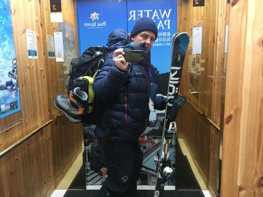 Cornelius Poppe på tur ut tidlig torsdag morgen - klar for en lang dag i alpinbakken.