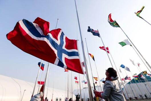 Det nederlandske flagget i flaggborgen i internasjonale sonen i deltagerlandsbyen blir tatt ned. Mange gjerder og partytelt. Nå sikres området for å unngå ytterligere personskader.