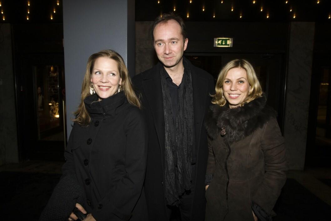 Forfatter Åsne Seierstad (t.v.) sammen med kulturminister Trond Giske og ekssamboer til Giske, Anne Grethe Moe (t.h.) på vei inn til premiereforestillingen på Les Misérables på Hovedscenen, Oslo Nye Teater i 2009.