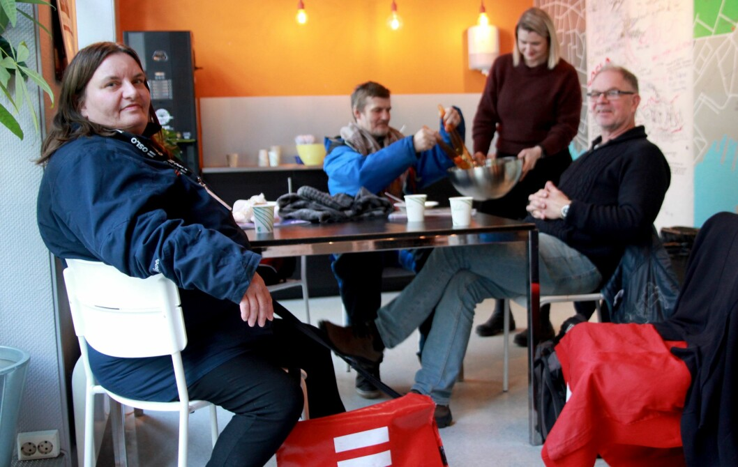 – Papiret mye mer sjarmerende enn nettet, sier Maud Anniken Nordengen (til venstre). I bakgrunnen Pål Simonsen, selger, og redaktør Lars Aarønæs.
