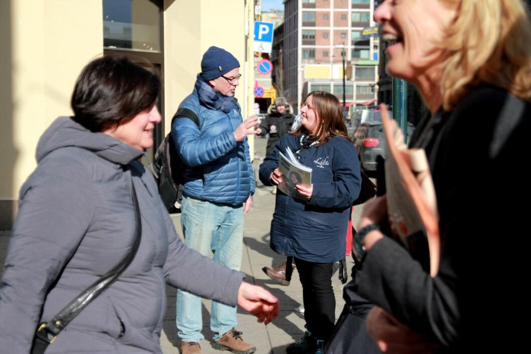 – Folk er travle, men har tid til å kjøpe, sier Erlik-selger Maud Anniken Nordengen. Men generelt går gatemagasinsalget trått. – Vi satser i sosiale medier og må tenke nytt, sier redaktør Lars Aarønæs.
