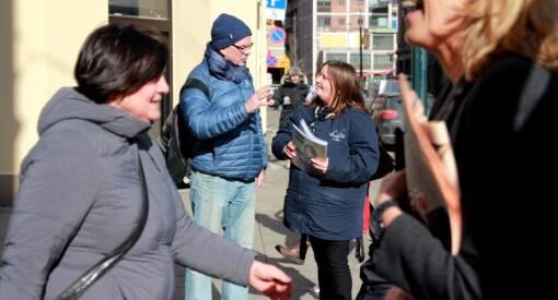 Folk ser ned på mobilen og mindre på gateselgerne. Men Erlik Oslo lover å holde fast på papiret til det siste