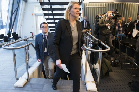 Politisk rådgiver Espen Teigen følger Sylvi Listhaug (Frp) til tirsdagens pressekonferanse.